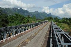 Gammal bro på landssida. Laotiskt Royaltyfri Foto