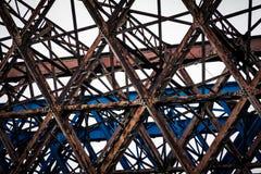 Gammal bro som byggs i metall arkivfoto