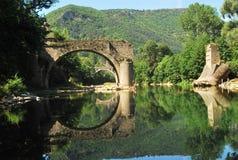 Gammal bro som reflekterar i floden Tarn Arkivfoto