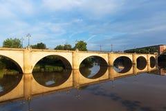 Gammal bro över Ebro River Logrono Arkivfoton