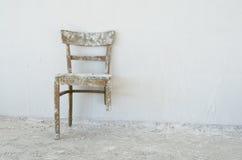 gammal broken stol Arkivbilder