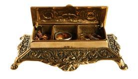 Gammal bronscasket med smycken Arkivfoton