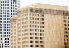 Gammal brun byggnad med smala Windows Arkivfoton