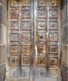 Gammal brun dörr med fyrkanter royaltyfria foton