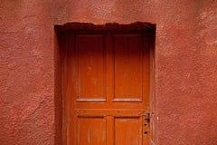 Gammal brun dörrbakgrund Arkivfoton