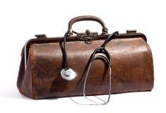 Gammal brun läderdoktorspåse och stetoskop Arkivbilder