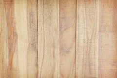 Gammal brun plankavägg i vertikala modeller, bakgrund för tom vägg arkivfoton