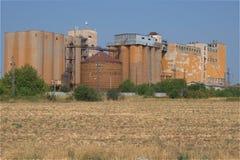 Gammal brun rostig fabrik för kornsilo Royaltyfri Bild