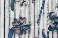 Gammal brun textur för staket för signalbambuplanka för bakgrund arkivfoton