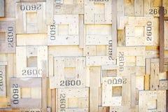 Gammal brun trätextur med spikar, och häftklamrar på väggen i fyrkantiga modeller för bakgrund, har nummer arkivfoton