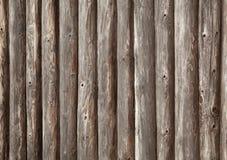 Gammal brun trävägg av det lantliga huset Arkivfoton