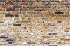 Gammal brunt, åldrigt och att smula, brun tegelstenvägg Royaltyfri Fotografi