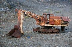 Gammal bruten övergiven rostig grävskopa på minen Arkivbild