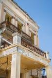 Gammal bruten balkong på ett fördärvat gammalt hus med rost och Royaltyfria Bilder