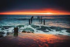 Gammal bruten bro i havet, lång exponering fotografering för bildbyråer