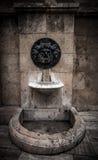 Gammal bruten dricka springbrunn i den spanska staden Royaltyfri Fotografi