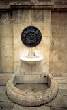 Gammal bruten dricka springbrunn i den spanska staden Royaltyfri Bild