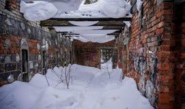 Gammal bruten förstörd övergiven byggnad arkivfoto