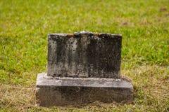 Gammal bruten Gravestone Royaltyfri Bild