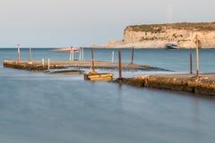 Gammal bruten konkret bro i Malta royaltyfri foto