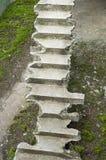 Gammal bruten konkret trappa upp Arkivbild