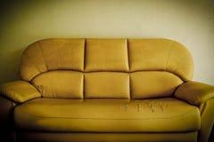 Gammal bruten soffa Arkivbild