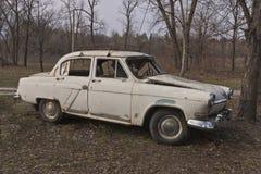 Gammal bruten sovjetisk bil Fotografering för Bildbyråer
