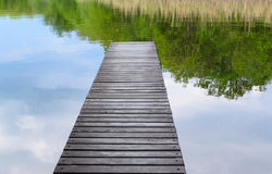 Gammal brygga av plankanatursjön Arkivbild