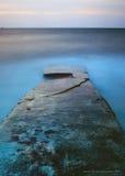 Gammal brygga för blå timme arkivbilder