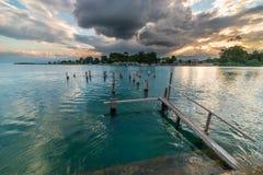 Gammal brygga på Poso sjön på skymning, Sulawesi, Indonesien Royaltyfri Bild