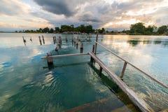 Gammal brygga på Poso sjön på skymning, Sulawesi, Indonesien Fotografering för Bildbyråer