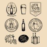 Gammal bryggerilogouppsättning Skissade det retro tecknet för Kraft öl med handen exponeringsglas, trumman etc. Homebrewing emble vektor illustrationer