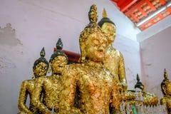 Gammal buddha guld- staty och thai konstarkitektur Arkivbilder
