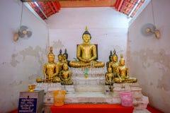 Gammal buddha guld- staty och thai konstarkitektur Arkivfoton
