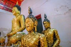 Gammal buddha guld- staty och thai konstarkitektur Royaltyfria Bilder
