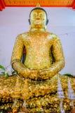 Gammal buddha guld- staty och thai konstarkitektur Royaltyfri Foto