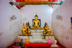 Gammal buddha guld- staty och thai konstarkitektur Royaltyfri Bild