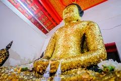 Gammal buddha guld- staty och thai konstarkitektur Fotografering för Bildbyråer