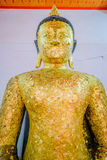 Gammal buddha guld- staty och thai konstarkitektur Royaltyfria Foton