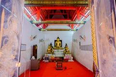 Gammal buddha guld- staty och thai konstarkitektur Arkivfoto