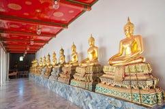 Gammal Buddha staty i tempel Arkivfoton
