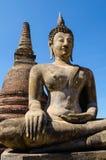 Gammal buddha staty och stupa Arkivbild