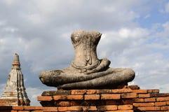 Gammal buddha staty och tegelsten Arkivfoto