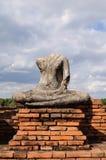 Gammal buddha staty och tegelsten Arkivfoton