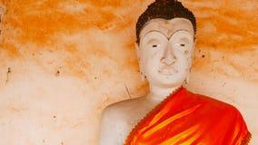 Gammal buddha staty och thai konstarkitektur i Wat Aranyikawat, Ratchaburi, Thailand Fotografering för Bildbyråer