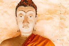 Gammal buddha staty och thai konstarkitektur i Wat Aranyikawat, Ratchaburi, Thailand Royaltyfri Bild