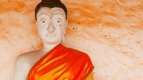 Gammal buddha staty och thai konstarkitektur i Wat Aranyikawat, Ratchaburi, Thailand Arkivfoton