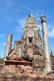 Gammal Buddhapagod på bakgrund för blå himmel Arkivfoto