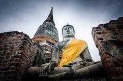 Gammal Buddhastaty i tempel Royaltyfri Fotografi