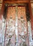Gammal buddistisk målning på den forntida dörren royaltyfri fotografi
